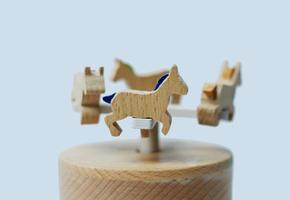houten speelgoed carrouselpaarden foto
