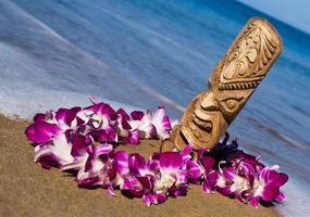 tiki, lei en het strand foto