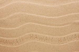 Hawaii inscriptie op het golvende zand