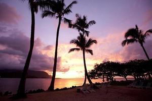 hawaï strand oceaan resort in de avond foto