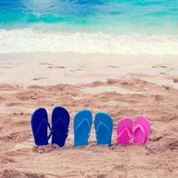 kleur slippers naast de oceaan foto