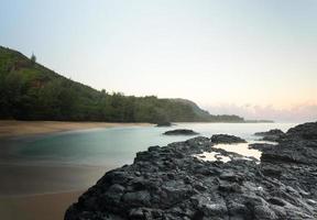 Lumahai strand Kauai bij dageraad met rotsen