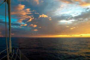 dramatische zonsondergang vanaf de boeg van een zeilboot Maui, Hawaii.