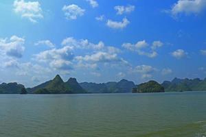 cat ba eilanden en rotsformaties vietnam foto