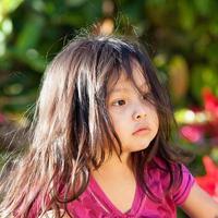 mooie 3-jarige wegkijken foto