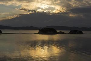 engel weg en weerspiegeling van zonlicht in shodo eiland, japan foto