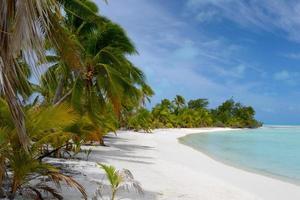 onbewoond strand op een afgelegen eiland foto