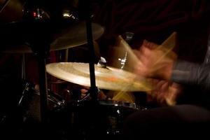drumstel met focus op hi-hat bekken foto
