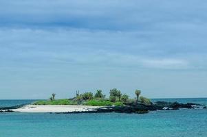 prachtig eilandje in de archipel van de galapagos eilanden foto