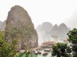 ha lange baai op een zeer mistige dag - Vietnam foto