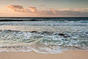 kolkende zee foto
