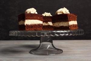 slagroomtaart. chocolade biscuit gevuld met slagroom. foto