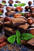 chocolade, noten en munt foto