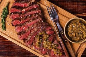 ribeye steak en mosterdsaus met augurken.