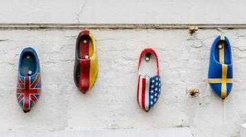 vier naties houten klompen foto