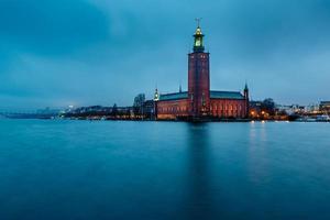 stockholm cityhall gelegen op kungsholmen-eiland in de ochtend