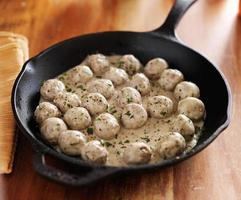Zweedse gehaktballen in ijzeren koekenpan foto