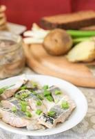ingelegde haring met groengroene uien en venkel. foto