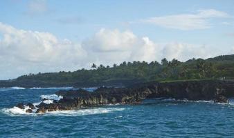 rotsachtige kust in Maui