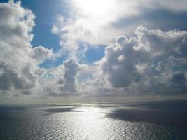 wolken boven de oceaan foto