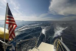kijkend vanaf de achterkant van een catamaran. Maui, Hawaï foto