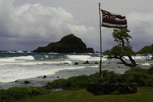 oude Hawaï vlag op stormachtige dag foto
