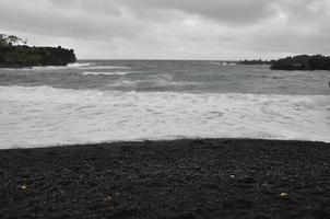 zwart zandstrand bij waianapanapa state park in maui, hawaii foto