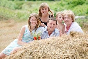 gelukkige familie op de natuur foto