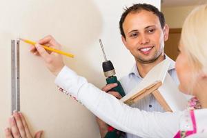 familie repareert thuis foto