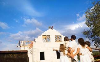 familie bouwen van een nieuw huis foto