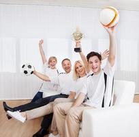 extatische familie die een overwinning viert foto