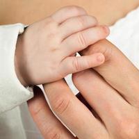 kind hand met moeder vinger