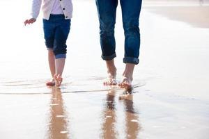 op blote voeten op het strand foto