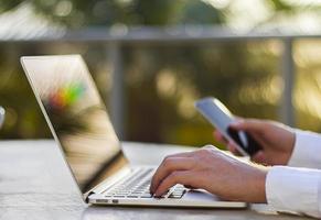 zakenman werken met laptop en mobiele telefoon foto