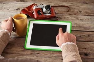 mannenhand klikt vervolgens op een leeg scherm tabletcomputer foto