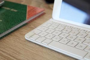 tablet met papier blok op de tafel foto