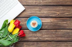 kopje cappuccino met hartvorm en computer