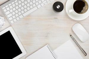 kantoorwerk essentiële tools met kopie ruimte in het midden foto