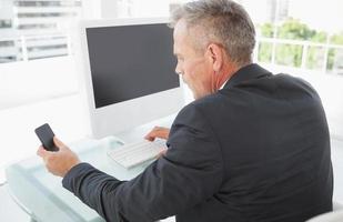 zakenman met behulp van zijn slimme telefoon