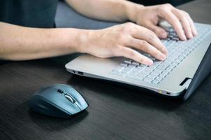 man met laptop met wit toetsenbord. werken op kantoor foto