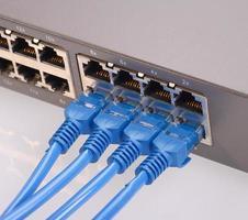 routers met blauwe netwerkkabels