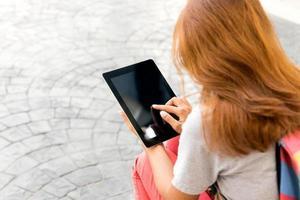 vrouw met behulp van tablet vind informatie op internet foto
