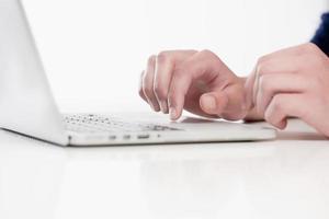 close-up van vingers met behulp van toetsenbord foto