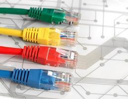 vier multi gekleurde netwerkkabels op printplaat foto