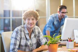 glimlachende zakenman die camera bekijkt