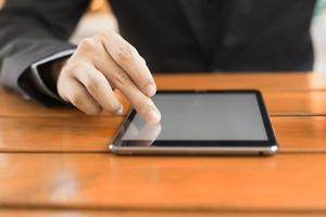 digitale tabletcomputer met geïsoleerde scherm in mannelijke handen foto