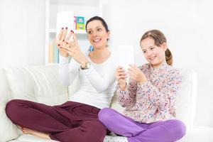 vrouw en meisje dat een selfie met tabletcomputer neemt foto