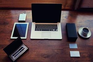 open laptopcomputer en digitale tablet met een leeg scherm foto