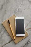 slimme telefoon op het bureau foto