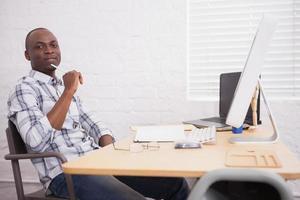 zakenman werkt aan zijn bureau foto
